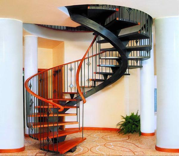 Винтовая лестница значительно экономит пространство