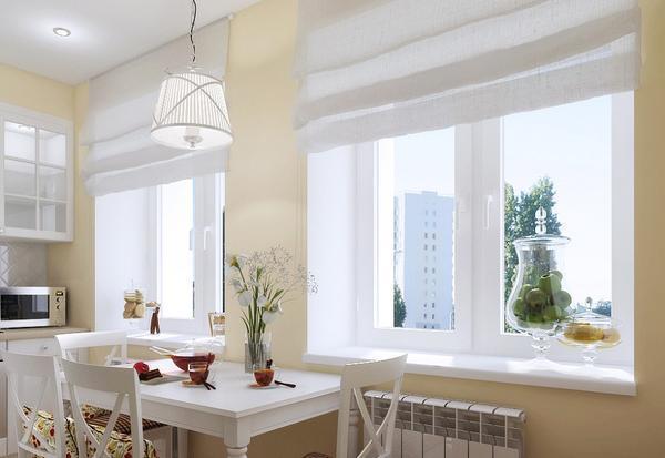 В кухню с двумя окнами попадает достаточное количество солнечного света