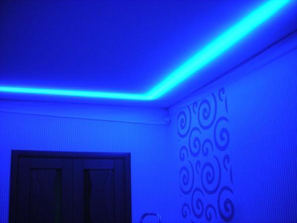 При выключенном основном свете светодиодная лента создает особую томную атмосферу
