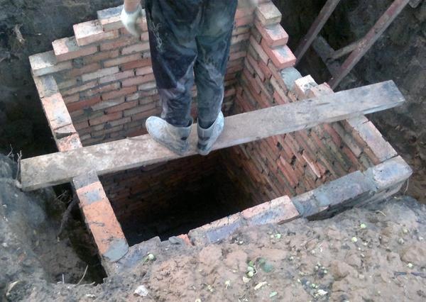 Выгребная яма из кирпича имеет длительный срок службы и отличные эксплуатационные свойства
