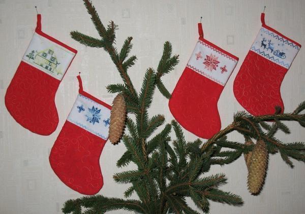 Чтобы дом стал уютным и сказочным, достаточно украсить его декоративными сапожками для подарков, оформив их новогодней вышивкой крестом