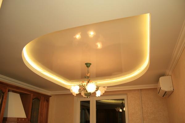 Сделать потолок с подсветкой довольно просто: следует правильно подключить ленту и выбрать раствор для ее крепления