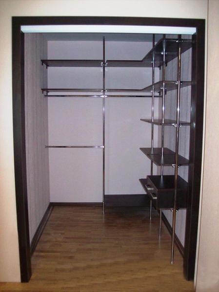 В небольшой гардеробной можно использовать конструкции открытого типа, чтобы не загромождать пространство