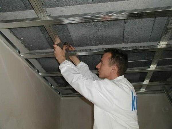 Качество будущего подвесного потолка зависит от соблюдения технологии при монтаже обрешетки