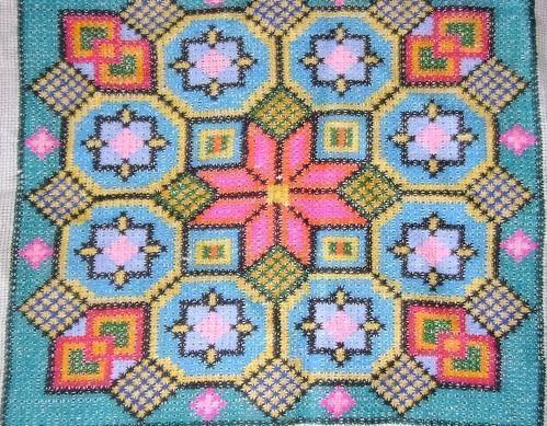 Вышивание болгарским крестиком не обременено сложной техникой, а сам узор получается плотным и очень красивым