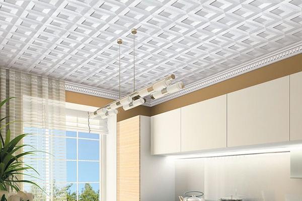 Пожаробезопасность и звукоизоляция – главные достоинства плитки для потолка из пенопласта