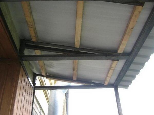 К балконной крыше предъявляется несколько основных требований: ее конструкция должна быть надежной и прочной