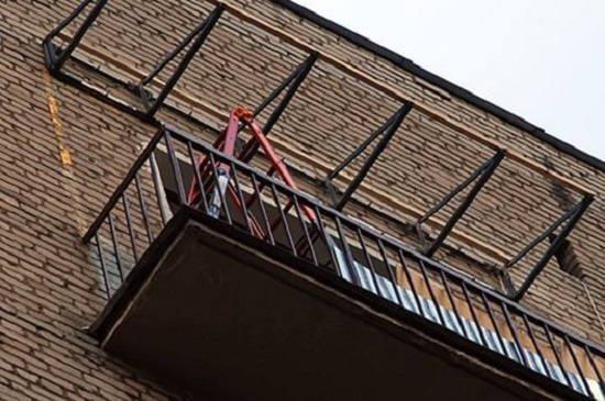 Перед установкой крышы балкона на последнем этаже в первую очередь нужно получить разрешение на перепланировку внешнего вида дома