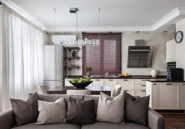 Низко висящие светильники чаще всего используют, чтобы подсвечивать рабочую поверхность в кухне, но никак не в гостиной