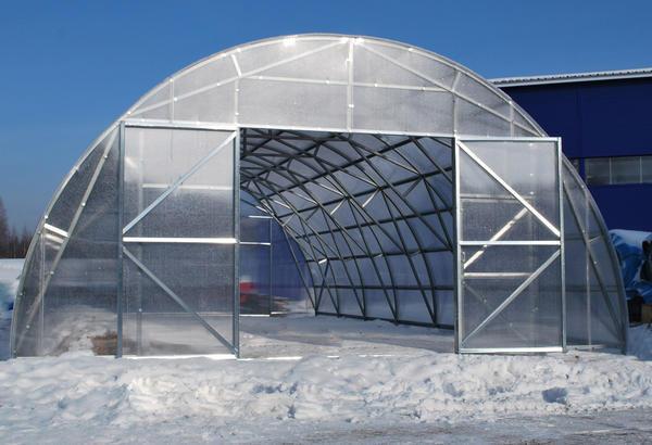 Преимущество фермерских теплиц из поликарбоната в том, что они практичные и экологичные