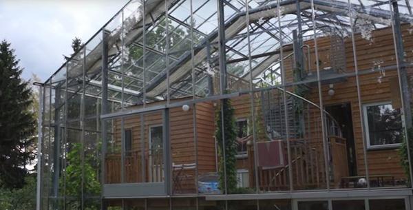 Одна супружеская пара из Швеции нашла  эффективный способ защиты своего жилища. Они создали уютный, защищенный от холода дом-теплицу