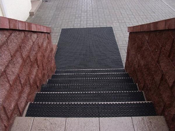 Ступени для уличных лестниц: резиновое покрытие на улице, коврики для эко, допустимое количество ступеней