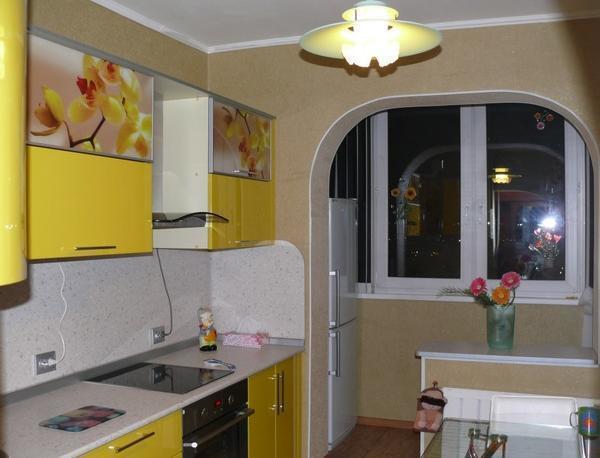Небольшая кухня с балконом просто превосходно выполняется как раз именно в этом ключе, поскольку здесь изначально подразумевается поиск наиболее практичных решений