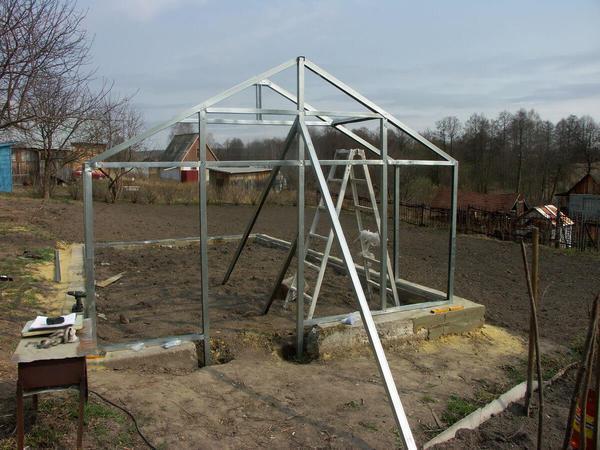 Теплица из металлопрофиля строится в несколько этапов