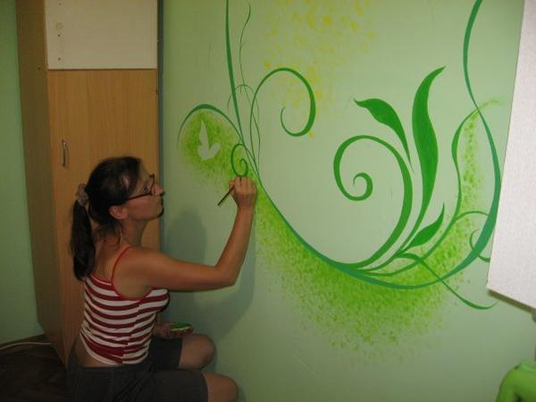 Роспись стен - увлекательное занятие. Важно выбрать цветовую палитру, чтобы любой оттенок гармонировал с интерьером комнаты