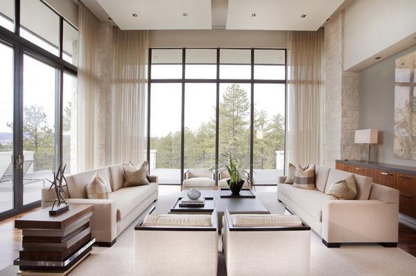 Обустраивая гостиную, необходимо дизайн окна подбирать под стиль комнаты