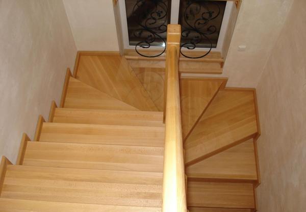 Для обшивки металлического каркаса лестницы прекрасно подходит ламинат