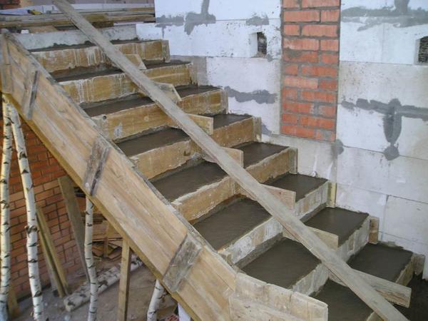 Самостоятельно можно изготовить даже бетонную лестницу, если предварительно ознакомиться с инструкцией и советами профессионалов