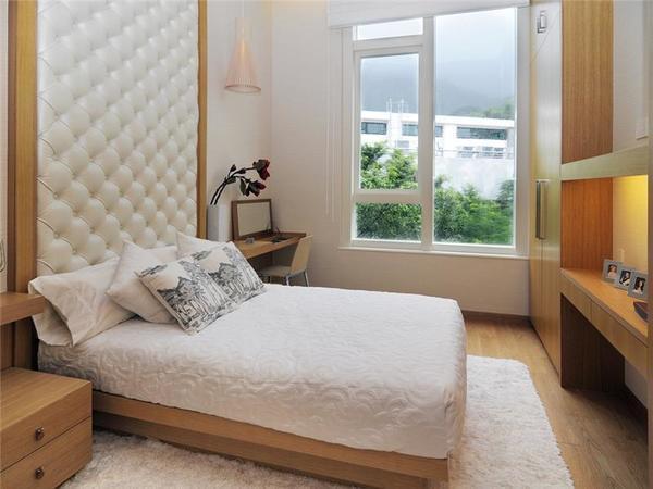 Ремонт в небольшой спальне лучше выполнить в классическом стиле, использовав при этом светлые оттенки