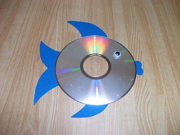 Обыкновенному CD-диску можно подарить вторую жизнь, сделав из него декоративное панно, например, в виде рыбки