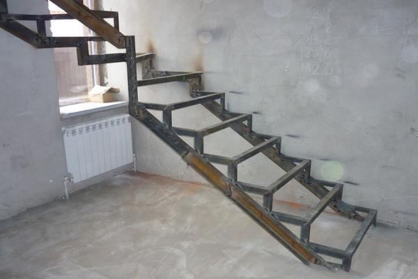 Если вы решили самостоятельно изготовить лестницу, тогда вам пригодится металлический уголок