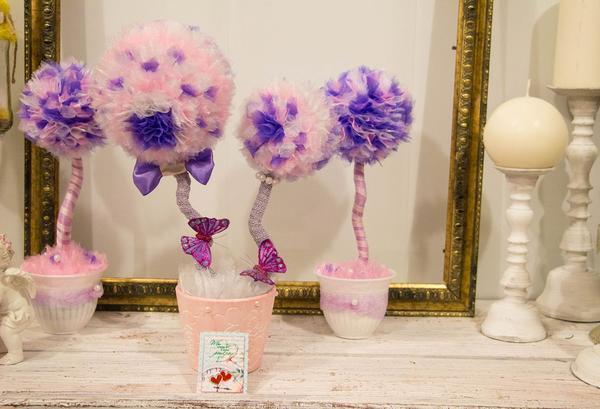 Оригинальным подарком для молодоженов на свадьбу станет топиарий из органзы, выполненный в тематическом стиле