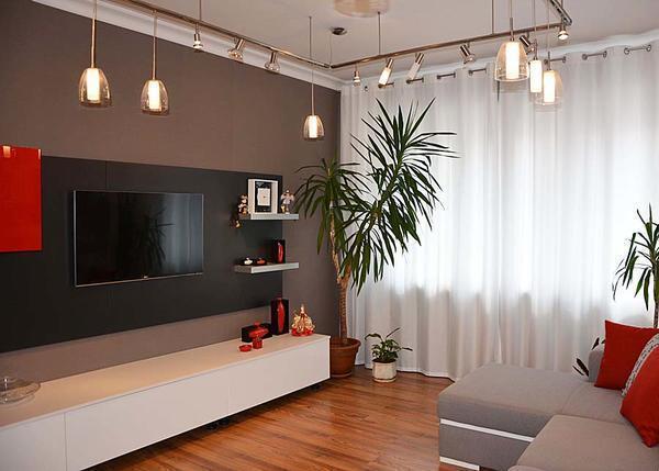 В гостиной прекрасно будут смотреться телевизор, журнальный столик и торшер