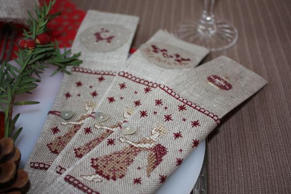 Симпатичные льняные салфетки с новогодней вышивкой станут главным украшением праздничного стола