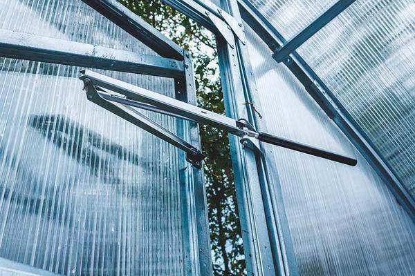 Автоматическая форточка отлично защищает растение от перегрева