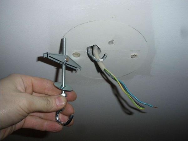 Монтаж светотехники на крюк - самый легкий и оптимальный способ, но подходит такой вариант только для подвесной люстры