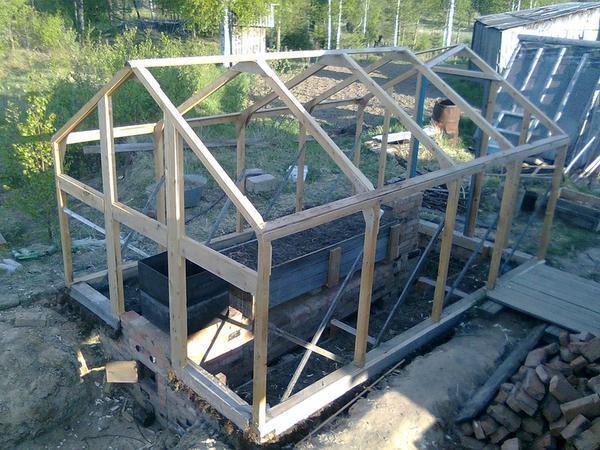 Основным преимуществом деревянного каркаса для тепличной конструкции является его доступная стоимость и простота в работе