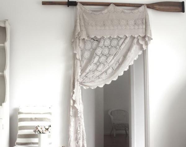 Можно повесить шторы таким образом, чтобы они закрывали двери не полностью, а частично