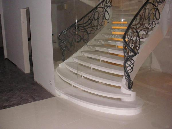Украсить интерьер можно лестницей из искусственного камня