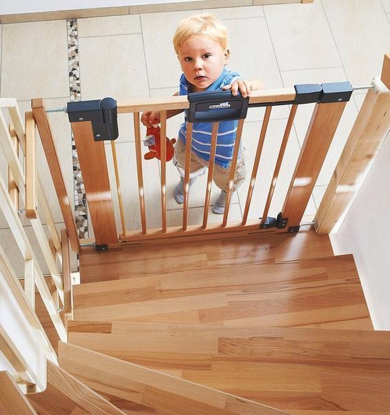 При самостоятельном монтаже детских ворот безопасности, не забывайте о том, чтобы замок имел блокирующий механизм, либо был тугим для ребенка