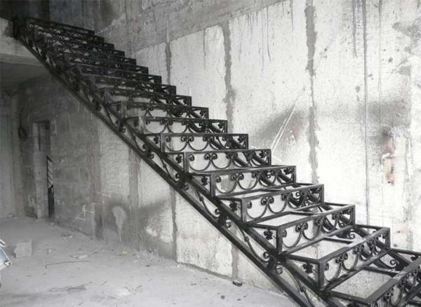 Металлические лестницы пользуются огромной популярностью, потому что они характеризуются красивым внешним видом и надежностью