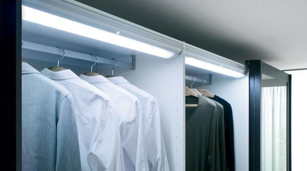 Обустраивая гардеробную, не забудьте об освещении, и обязательно установите светильники