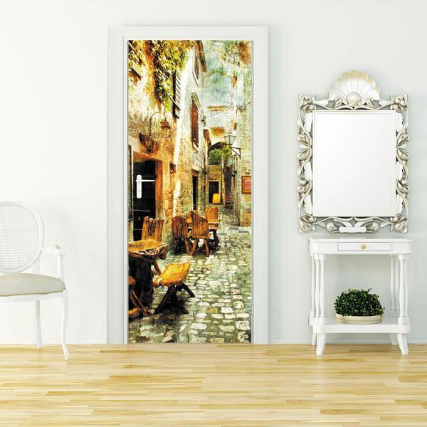 При желании сделать дверь оригинальной можно воспользоваться специальными обоями, которые наклеиваются на дверь