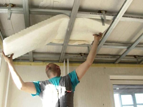 Подвесной потолок является отличным способом, который поможет существенно снизить уровень шума в комнате