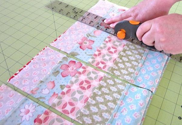 Основой изделий в стиле пэчворк являются специальные схемы, по которым производят раскрой нужных деталей