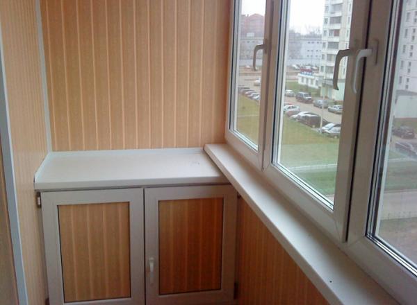 Для обшивки балкона пластиковыми панелями понадобятся:электродрель, шуруповерт, электролобзик либо строительный нож