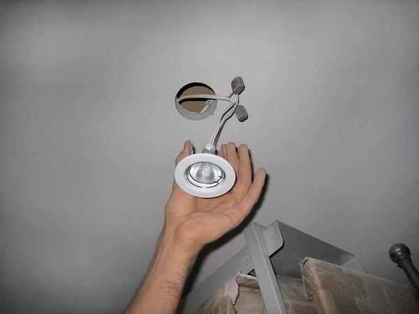 Если вы крепите лампу накаливания на потолок с пластиковыми панелями, то обязательно выбирайте светильники со специальным термокольцом
