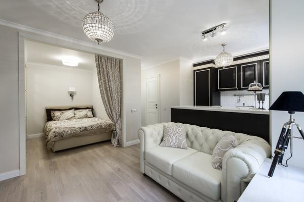 При оформлении спальни-гостиной площадью 17 кв. м лучше использовать светлые оттенки, которые визуально увеличат помещение