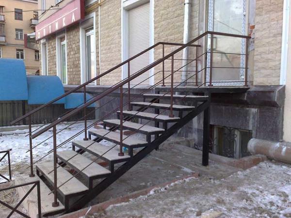 Для того чтобы наружная лестница из металла была удобной и практичной, специалисты рекомендуют заранее продумать ее конструкцию и правильно подобрать поручни