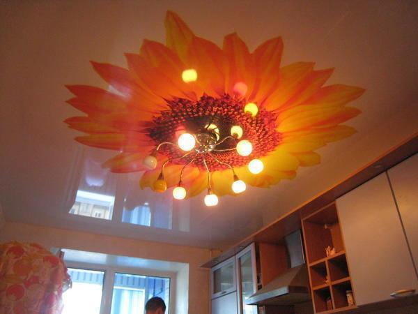 Цветочная тематика также очень популярна при оформлении натяжного потолка