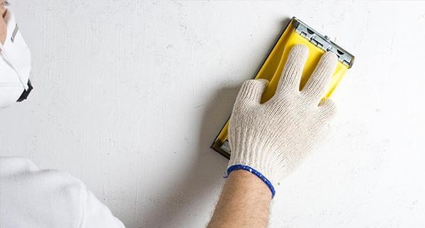 Перед проведением обойных работ поверхность стены необходимо тщательно подготовить