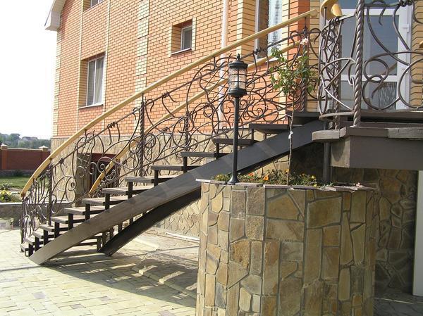 Входная лестница в дом, изготовленная из металла, отличается длительным сроком эксплуатации и надежностью