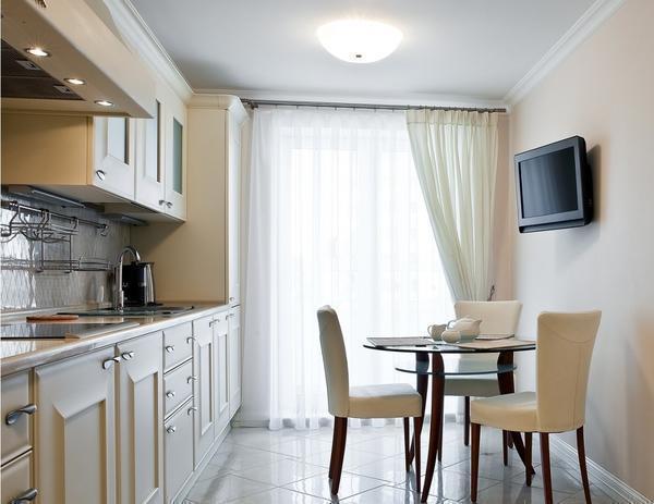 Классические кухонные шторы зачастую выполняются из ткани нейтрального цвета