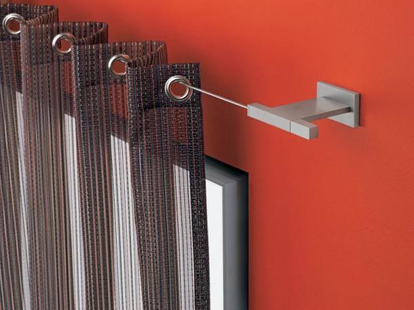 Любая модель подобного струнного карниза представляет собой тонкий стальной прут, укрепленный на двух кронштейнах