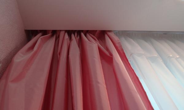 Встроенный карниз в натяжном потолке выполняет не только лишь функциональную функцию, но и эстетическую