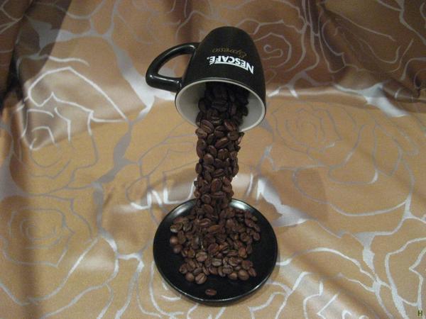 Композиция в виде летящей чашки из кофейных зерен удивит и поразит своей необычностью
